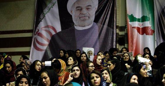 Stoupenci Hasana Rúháního na jednom z předvolbních mítinků v Teheránu stojí pod portrétem svého kandidáta.
