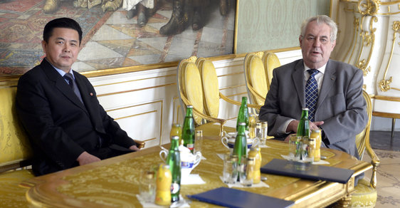 Prezident Zeman s  velvyslancem KLDR v roce 2015.