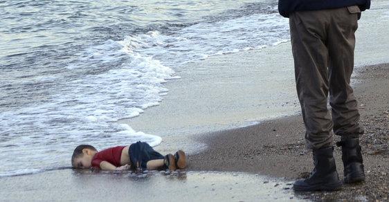 Utonulý hošík prchající před syrským zmarem hnul světem.
