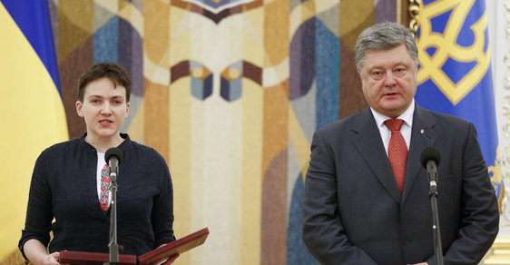 Prezident Porošenko uvítal vězněnou pilotku Savčenkovou.