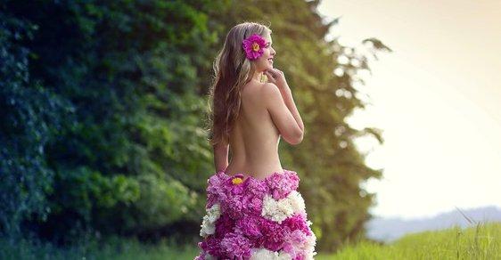 Divoška z rákosu a podzimní královna. Fotograf obléká modelky do listí a květů