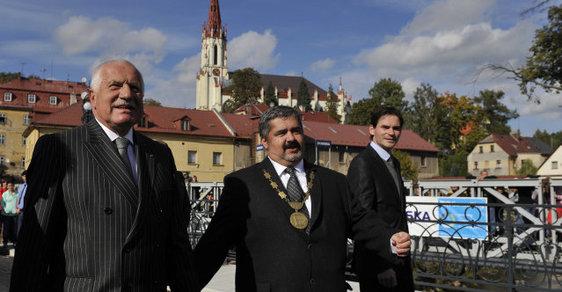 Václav Klaus se starostou Chrastavy Michaelem Canovem při otevření nového mostu. Za pár chvil bude čelit hlava státu čelit útoku airsoftovou pistolí.