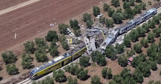 Při čelní srážce vlaků na jihu Itálie dnes krátce před polednem zahynulo nejméně jedenáct lidí a mnoho dalších bylo zraněno.