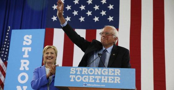 Bernie Sanders veřejně podpořil svou bývalou soupeřku Hillary Clintonovou v boji o Bílý dům.