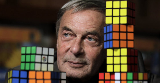 Otci Rubikovy kostky je 72 let, hlavu lidem láme již přes čtyři desetiletí
