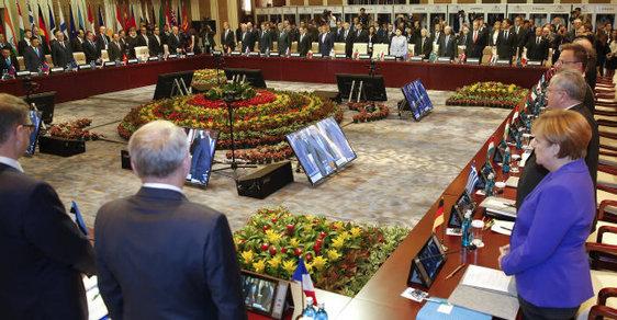 Svoji soustrast Francii po teroristickém útoku už vyjádřili mnozí světoví státníci i čeští politici (snímek z probíhajícího euro-asijského summitu v Ulangbátaru)