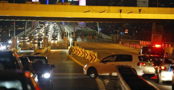 Spojené státy a další země vyzvaly své občany v Turecku, aby vyhledali bezpečný úkryt a nevycházeli ven.
