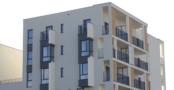 Rekordně levné hypotéky přispívají k rostoucí poptávce Čechů po vlastním bydlení.