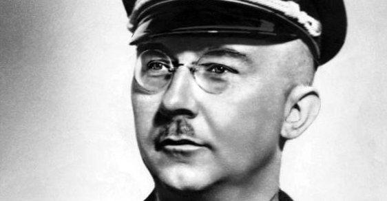 Heinrich Himmler, říšský vůdce SS a nejbližší Hitlerův spolupracovník, spáchal krátce po skončení druhé světové války sebevraždu.