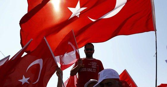 """Tisíce Turků vyjádřilo demonstracemi v rakouských ulicích podporu Erdoganovi a skandovali přitom pokřik Alláhu akbar (Aláh je veliký) či """"Ulice patří nám!"""""""