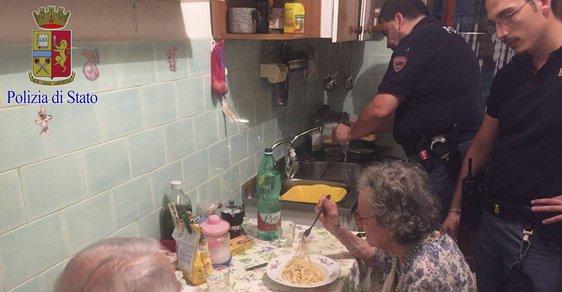 Sousedé slyšeli usedavý pláč a zavolali policii. Ta objevila měsíce nenavštívený pár důchodců, který přemohla samota