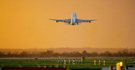Velké Británii dochází vzdušný prostor. Nemá už kudy vést letadla, situace začíná být alarmující