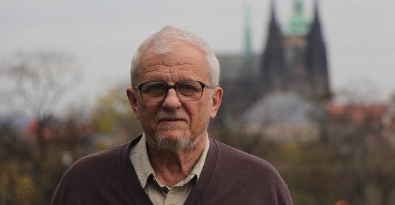 """""""Tím, že se dnes vzdáme svých malých, všednodenních svobod,  vytváříme situaci, kdy se nejspíš těch velkých, vysokých už nedočkáme,"""" říká Bohumil Doležal, jehož Klub na obranu demokracie vydal petici, ve které žádá přesun úřadu prezidenta z Pražského hradu."""