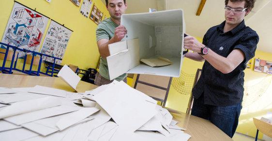 Komisaři začínají sčítat hlasy (archivní foto)