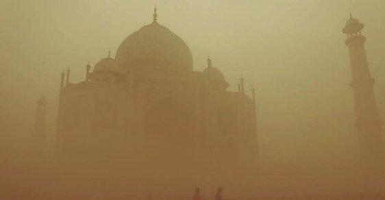 Indii dusí smog. Taj Mahal zmizel v mlze a turisté i místní si fotí #smogselfie