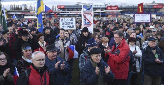 Státní svátek slavili v ulicích a především pak na Letenském náměstí také příznivci prezidenta a odpůrci migrantů. Na Hradčanském náměstí se lidé sešli s vlajkami s V. Havlem.
