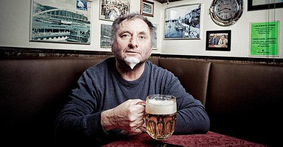 Básník, harmonikář, zpěvák aspisovatel Václav Koubek (62) si vpadesáti splnil sen. Vjihočeských Chotěmicích založil soukromý Vesnický klub.