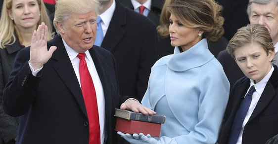 Donald Trump složil přísahu na dvě bible a stal se 45. americkým prezidentem