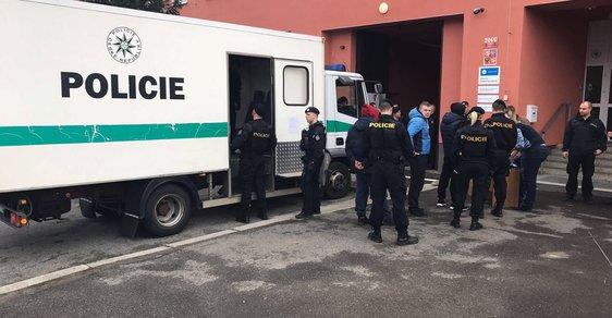 Při razii v pražském skladu rohlik.cz zadržela cizinecká policie 85 lidí