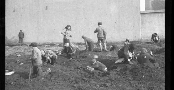 Unikátní snímky: Henryk Ross pohřbil filmy z lodžského ghetta, aby je schoval před nacisty