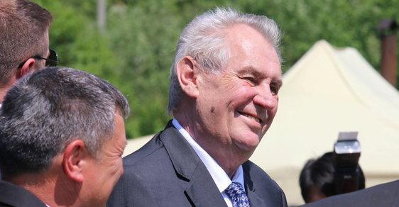 Prezident Miloš Zeman při návštěvě Kozojídek, které získaly ocenění jako Vesnice roku.