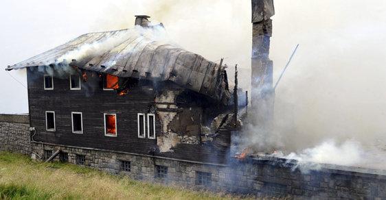 Stavba na hřebenech Krkonoš. Podívejte se, jak po ničivém požáru roste Petrova bouda