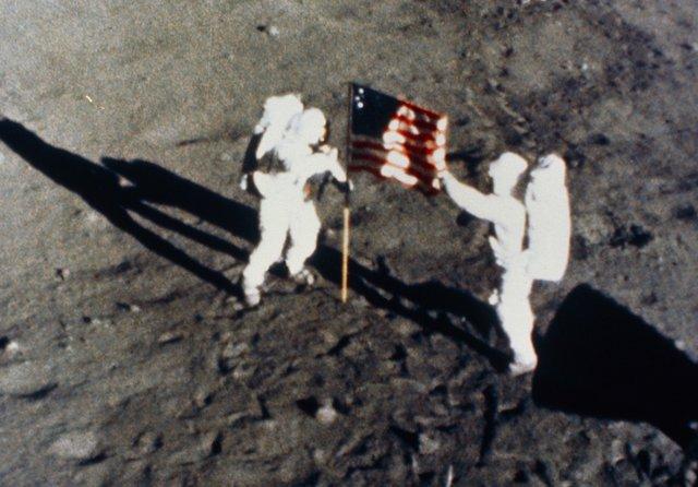 Buzz Aldrin a Neil Armstrong umísťují na povrchu měsíce americkou vlajku