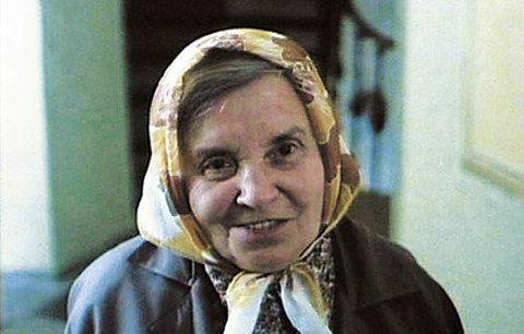 Milada Ježková ve slavné roli ve filmu Kulový blesk, kde trápila Josefa Abrháma dotazy na sklep a půdičku.