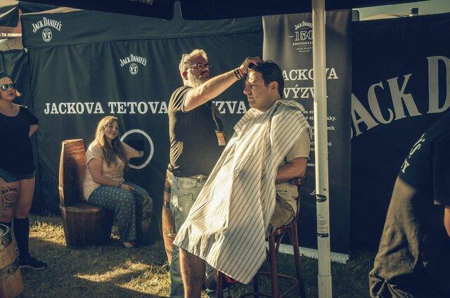 barber Kraig Caieber uprostřed práce