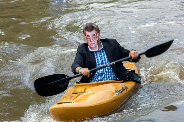 Vodní tvář ministra Babiše (vodácké ztvárnění).