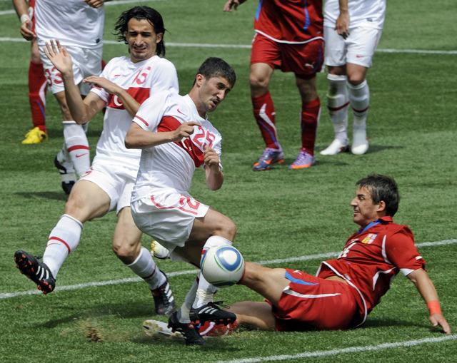 Rudolf Skácel bojuje o míč v turecké skrumáži.