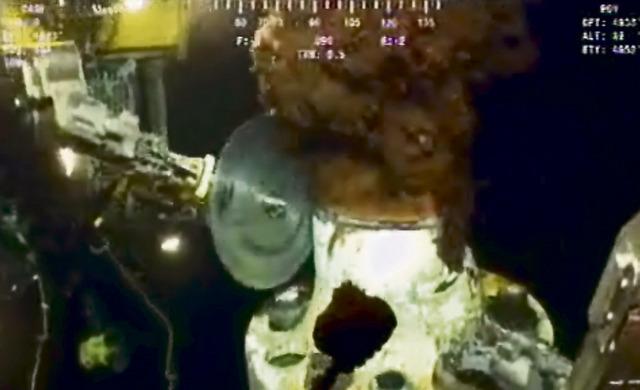 Jeden z posledních pokusů o zastavení ropy – odřezání ventilu pilou. Ta se však ve ventilu zasekla...
