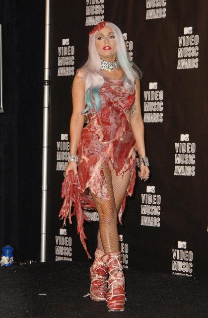 Šaty z masa byly podle slov zpěvačky těžké a špatně se v nich chodilo