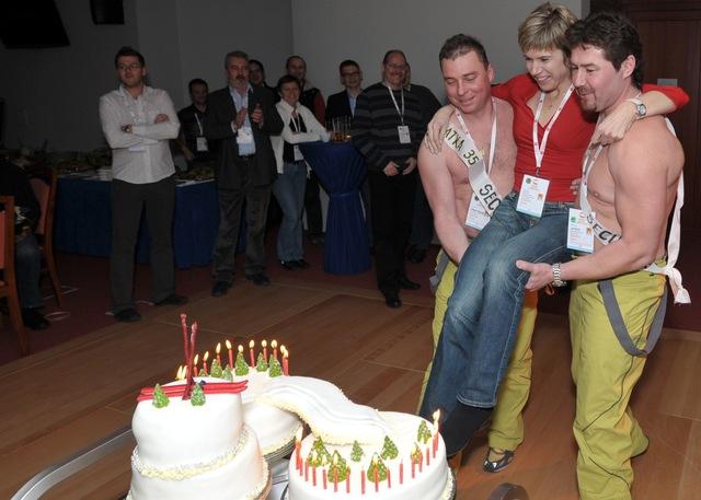 Olympijskou vítězku donesli k dortu usměvaví svalovci