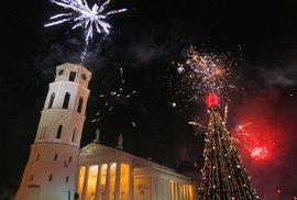 Vilniuský ohňostroj nad katedrálou