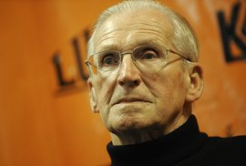 Lubomír Štrougal při autogramiádě své knihy