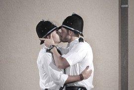 Líbající se strážníci