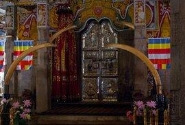 Za dveřmi se skrývá svatyně s Buddhovým zubem. Přístup do ní mají jen kněží.