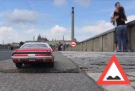 Drive točil na mostě mezi turisty a auty. A prý marně