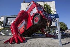 Svou verzi (klikujícího) olympijského double-deckeru představil v Londýně český umělec David Černý.