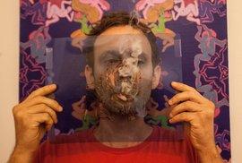 """Marihuanovým kouřem se dá malovat. Brazilský umělec """"vydechuje"""" jeden portrét za druhým"""