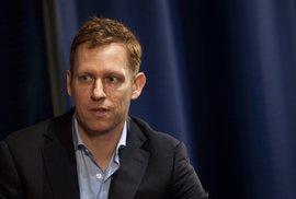 Facebook se pomalu potápí. Akcií se zbavuje jeden z prvních investorů Peter Thiel