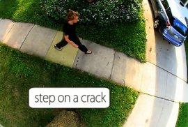 Pozor na prasklinu v chodníku! Ztratíte život. Podvědomé hry si čas od času zahrajeme všichni