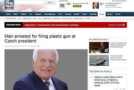 """Prezident, který přežil útok hračkou, očima Rusů, BBC i Foxu. Video s """"atentátem"""" obletělo svět"""