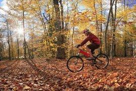 Je tu podzim, zalepte si otvory v přilbách. Kupa zaručených rad pro cyklisty, kteří nechtějí zmrznout