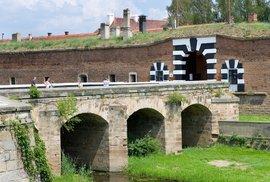 Vyražte na kole do Terezína. Kolem hradů a zřícenin až k pevnosti s pochmurnou minulostí