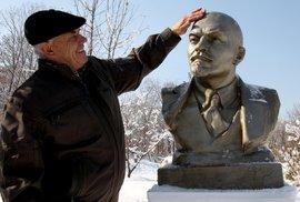 Nikolaj Belov s bustou Lenina.