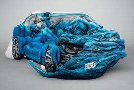 V Austrálii sestavili z pomalovaných naháčů nabourané auto. Pro dopravní kampaň