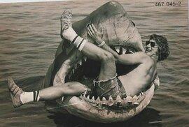 Steven Spielberg při natáčení snímku Čelisti.
