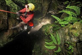 Jedna ze členek horolezecké výpravy, Yorkshire Dales, Anglie.
